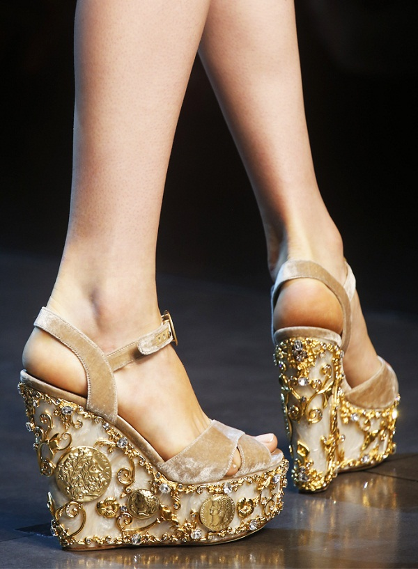 Gold shoes, the new trend of summer