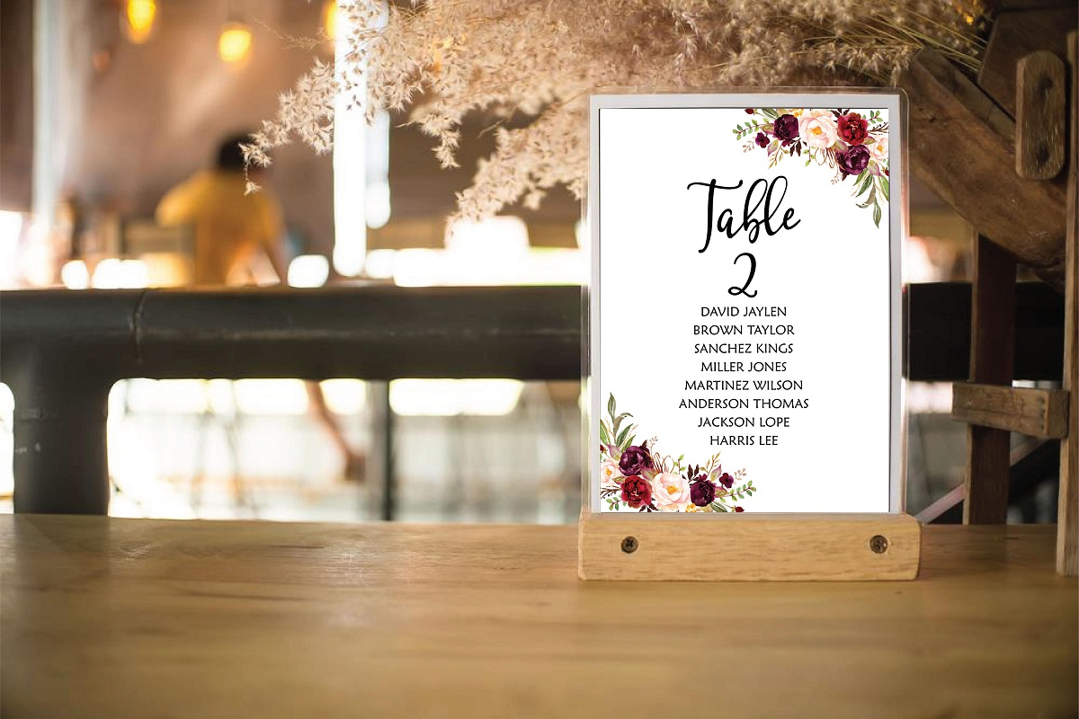 The Seating Plan With Cards in the Wedding