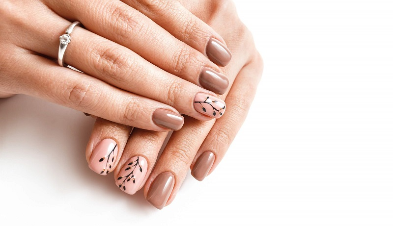 Pretty, natural nails design to go back to the office